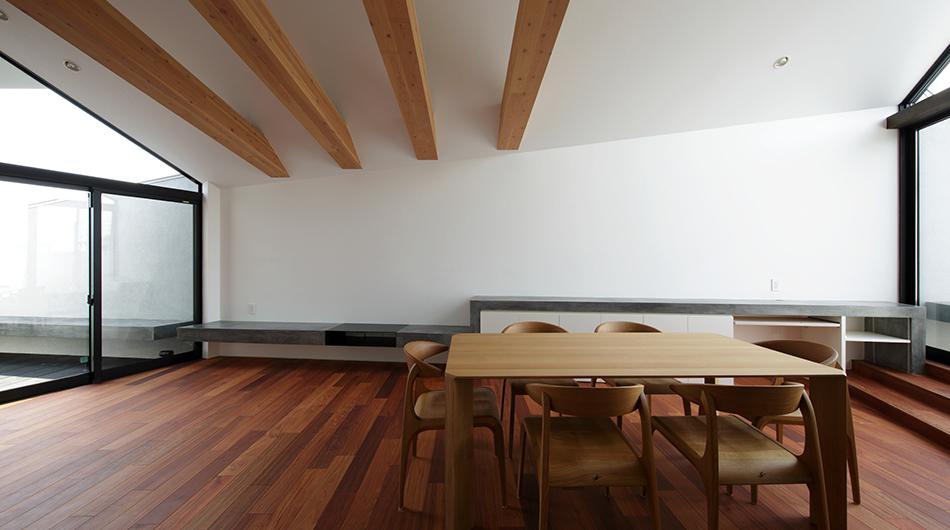 木の箱が浮遊するガレージハウス